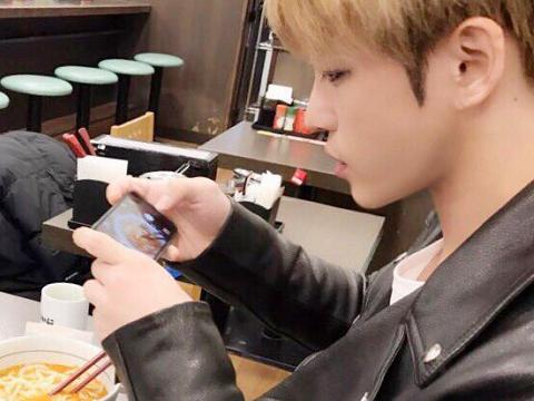 [LINE] 170222 JYJ Line Update 2: Jaejoong ate before V Live broadcast