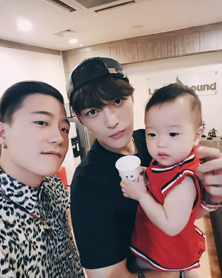 [OTHER INSTAGRAM] 170723 Outsider shares a photo with Kim Jaejoong carrying his daughter Rowon