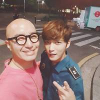 [OTHER SNS] 170917 Tony Hong visits #Manhole's filming location with nighttime snack for Kim Jaejoong & Staff